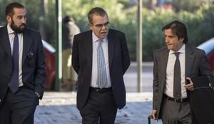El expresidente del Valencia Juan Soler, en el medio, accede a una de las sesiones del juicio por haber organizado el secuestro de Vicente Soriano.