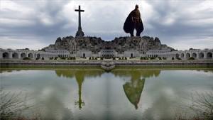 Milers de firmes demanen que se substitueixi la creu del Valle de los Caídos per una estàtua de Batman