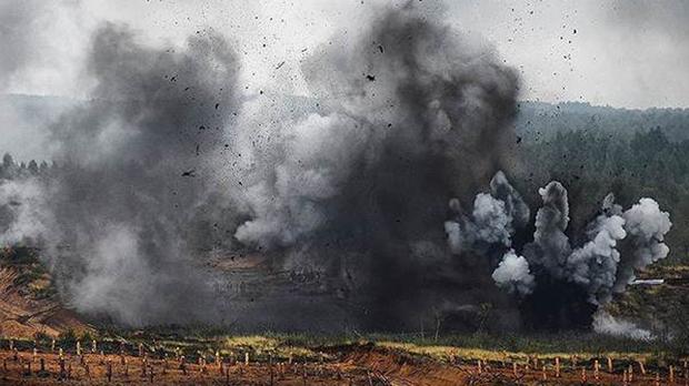 Un helicóptero lanza un misil sobre sus compañeros, en una maniobras militares rusas.