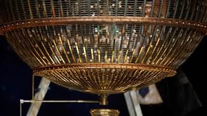 Las bolas de la suerte caen en uno de los bombos antes del sorteo extraordinario de Loteria de Navidad.