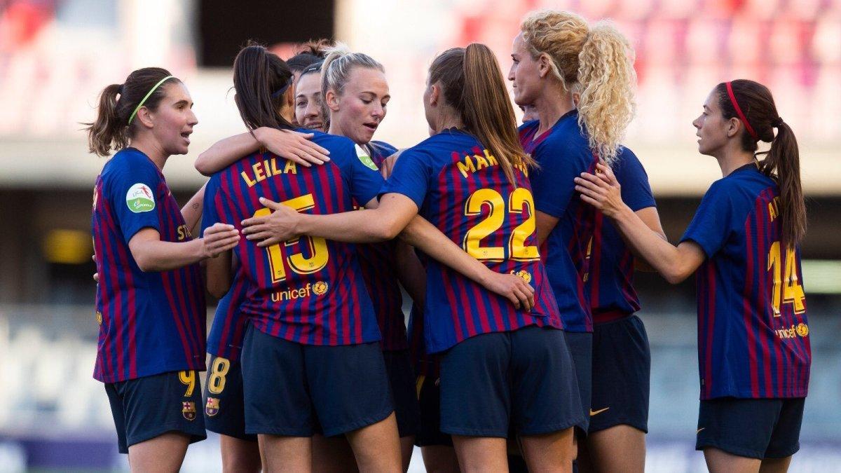 Las jugadoras del Barça celebran uno de los goles al Valencia.