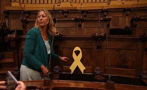 Lazo amarillo en la silla de Joaquim Forn en el Ajuntament de Barcelona.