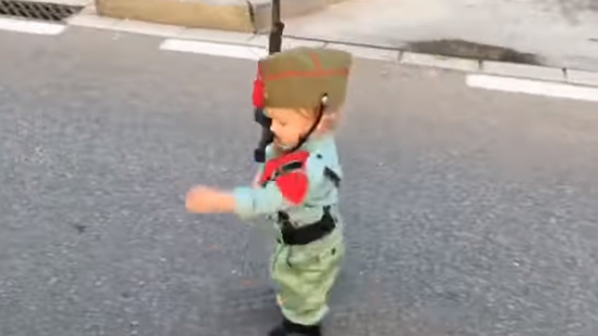 El niño que cautivó a Fecebook con su desfile de legionario.