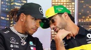 Lewis Hamilton y Daniel Ricciardo conversan, hoy, en la conferencia de prensa del GP de Australia.