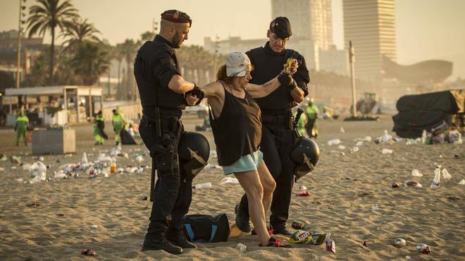 Esta mañana servicios de limpieza del ayuntamiento de Barcelona desalojaban y limpiaban las playas de Barcelona después dela verbena de Sant Joan.