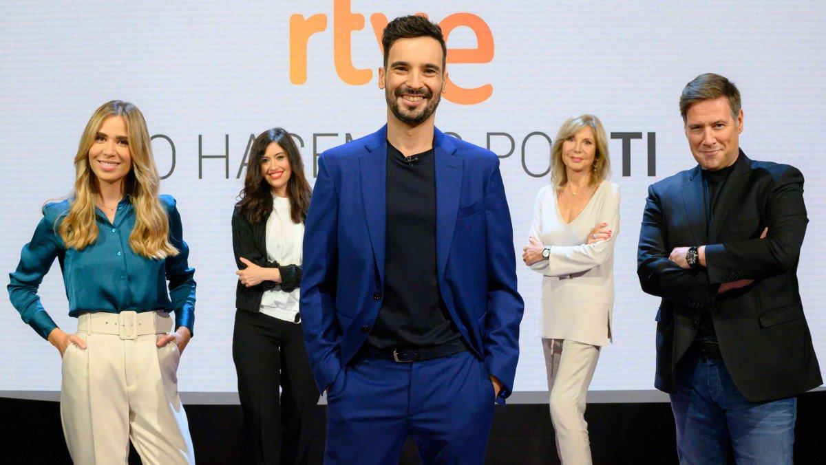 Lluís Guilera, en el plató de 'La pr1mera pregunta', rodeado de María Gómez, Pilar de Francisco, Pilar Eyre y Carlos Latre.