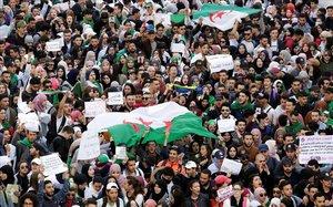 Los estudiantes participan en una protesta para denunciar una oferta del presidente Abdelaziz Bouteflika,enArgelia.