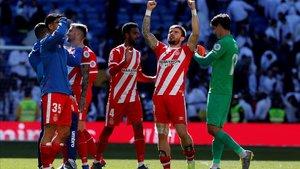 Los jugadores del Girona celebran el triunfo en el Bernabéu.