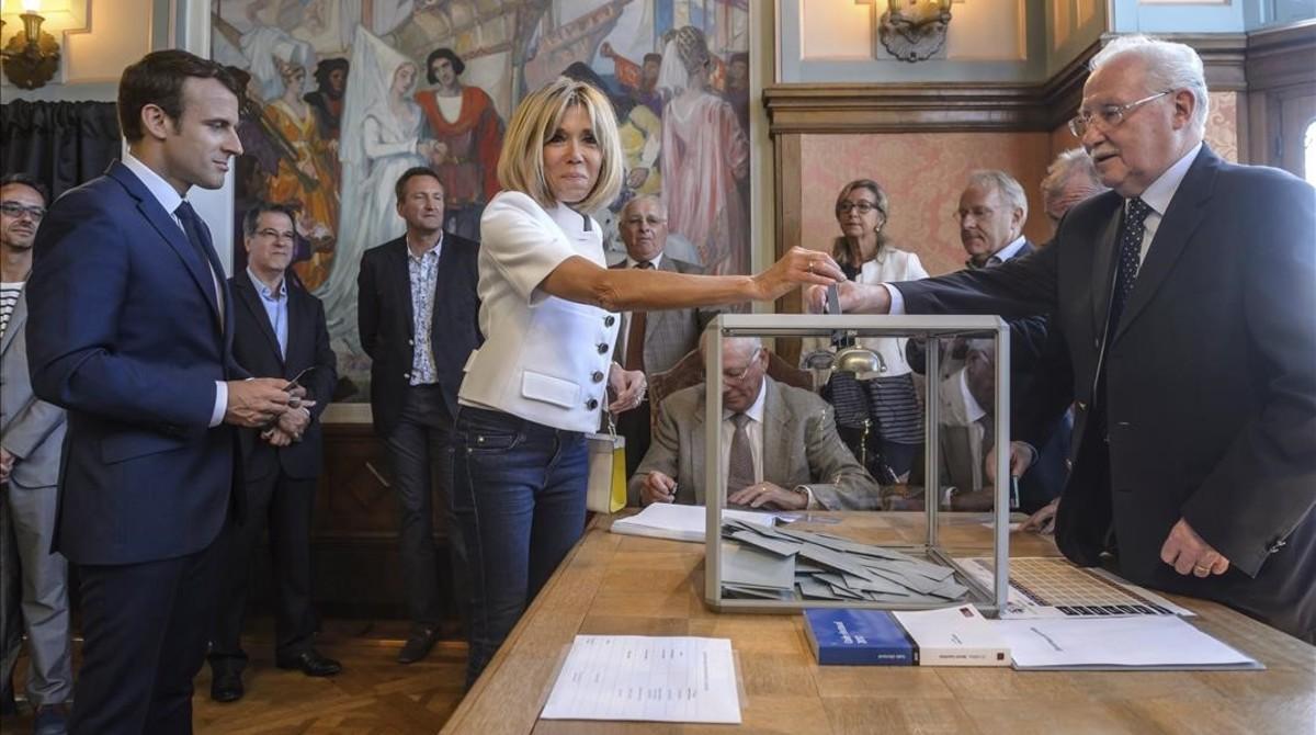 Los Macron, en el colegio electoral de Le Touquet, donde han votado.