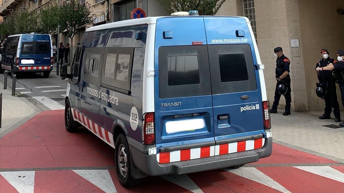 Furgonetasde los mossos en una operación policial.