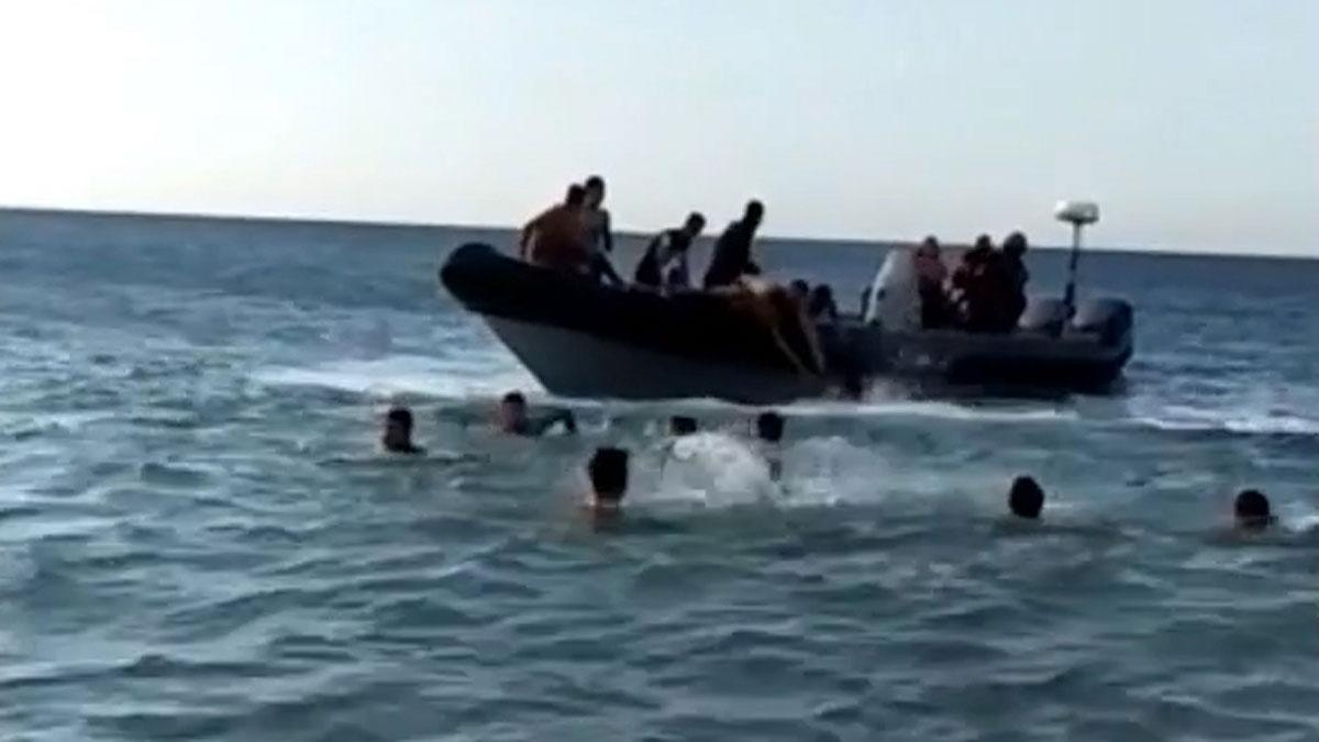 Los traficantes usan narcolanchas en el Estrecho para transportar inmigrantes.