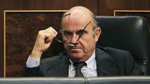 El ministro de Economía, Luis de Guindos, en su escaño del Congreso.