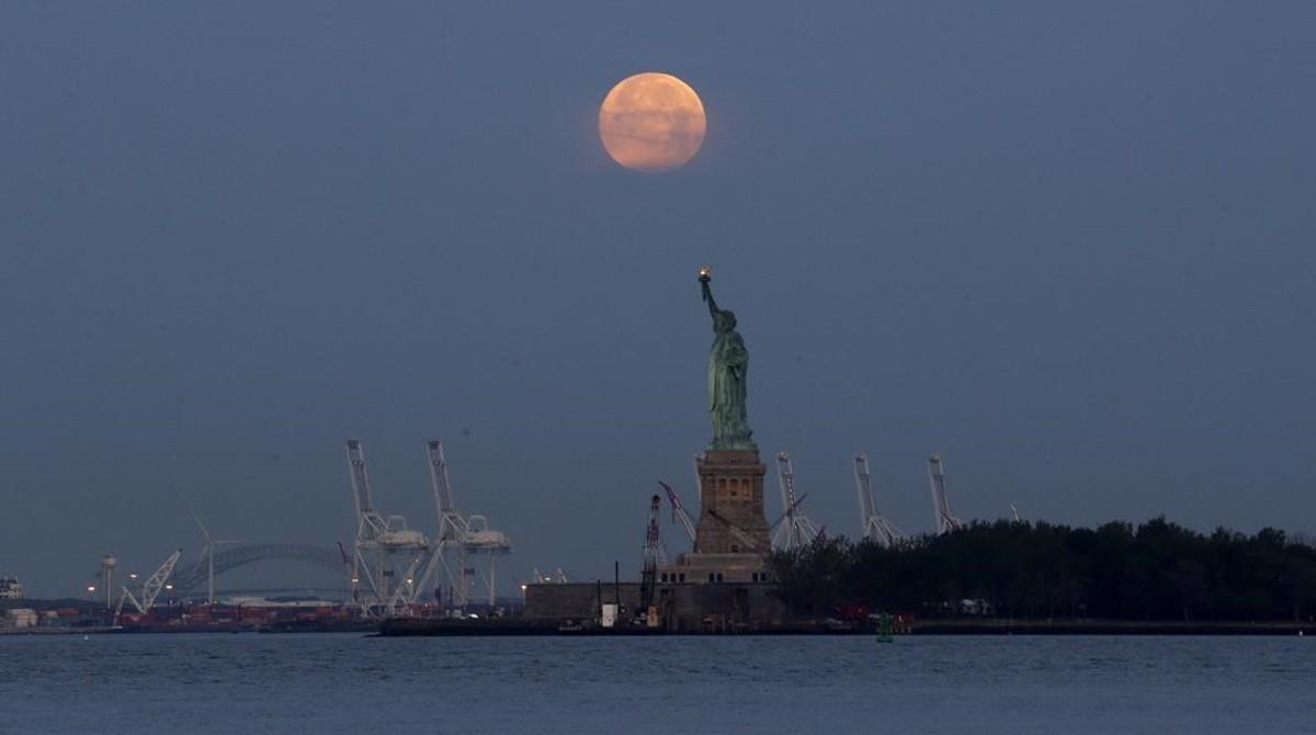 La emblemática Estatua de la Libertad de Nueva York bajo la luna.