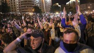 Manifestación contra el resultado electoral, la pasada noche en Minsk.