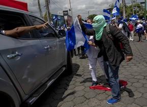 Manifestantes con banderas de Nicaragua participan en una marcha llamadaLa Marcha de las Banderascontra el gobierno del presidente Daniel Ortega.