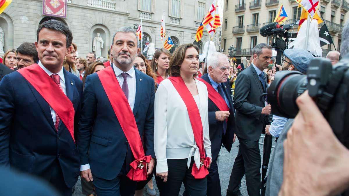 Manifestantes independentistas abuchean aColaucuando cruza plaza Sant Jaume tras ser elegida alcaldesa.