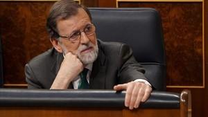 Mariano Rajoy escuchando la intervención de Ábalos.