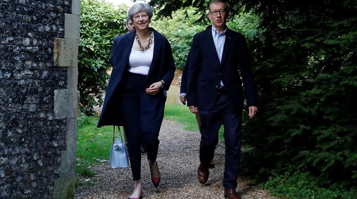 May y su esposo, Phillip, llegan a la iglesia local, en Sonning, el 11 de junio.