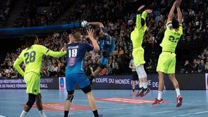 Melvyn Richardson dispara ante dos jugadores del Barça, en Montpellier.