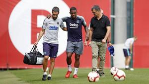 Mesalles, fisio del Barça, Malcom y Ricard Pruna, médico azulgrana, tras la lesión del brasileño.