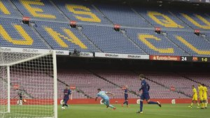 Messi se dispone a marcar uno de sus dos goles al Las Palmas el 1-O del 2017