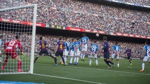 Messi levanta el balón sobre la barrera perica para anotar el primer gol