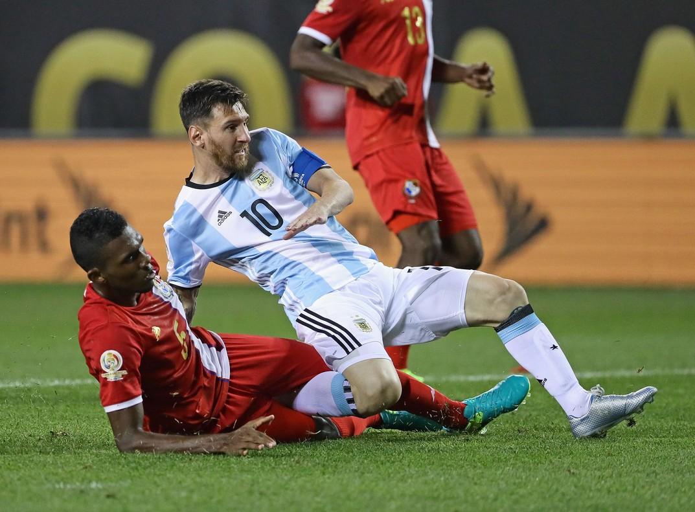 Messi y Miller disputan por el balón en el Argentina-Panamá de la Copa América que los argentinos han ganado por 5-0.
