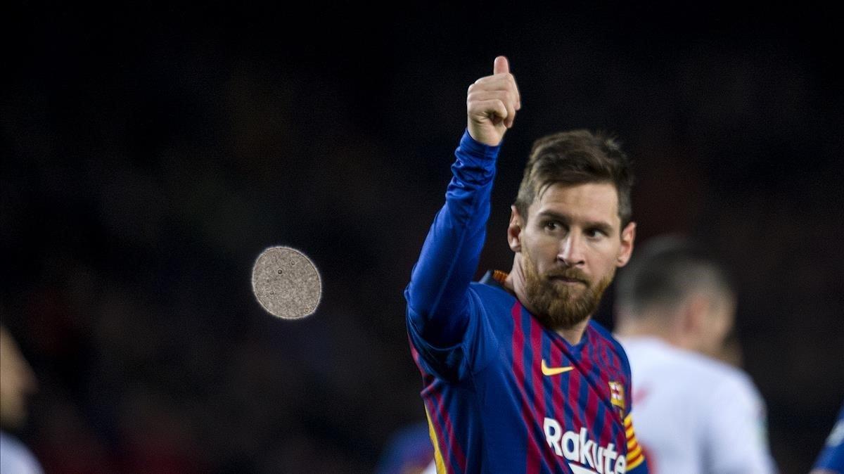 Messi saluda a la gradatras anotar su gol durante el Barça-Eibar.