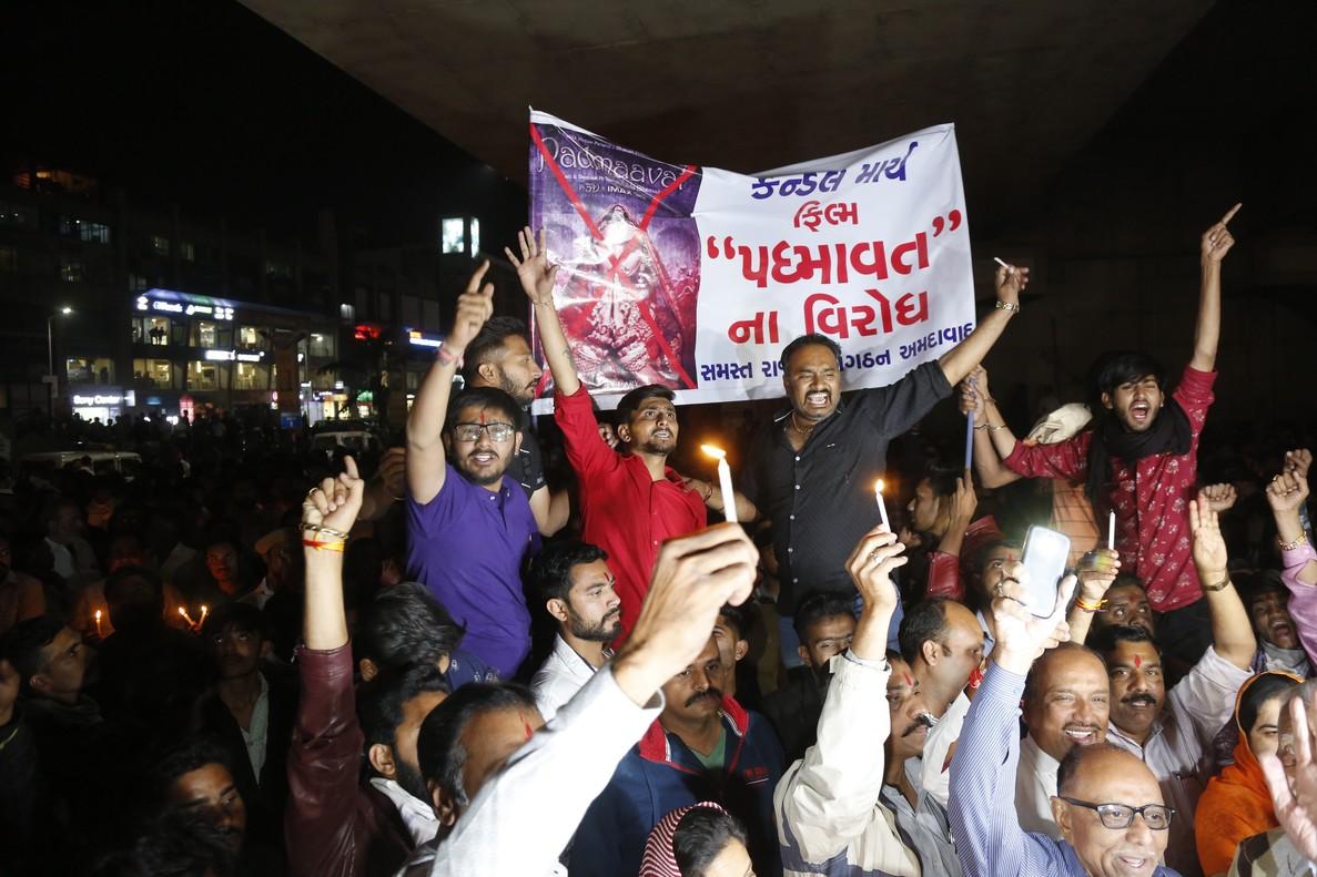 Miembros de la comunidad hindú de los Rajput sostienen carteles en contra de la película de Bollywood Padmavat.
