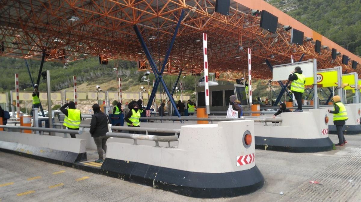 Miembros del CDR irrumpieron, ayer, en el peaje de la C-32 en Sitges.