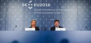 El ministro de Exteriores de Eslovaquia, Miroslav Lajcak, junto con la jefa de la diplomacia europea, Federica Mogherini, en Bratislava.