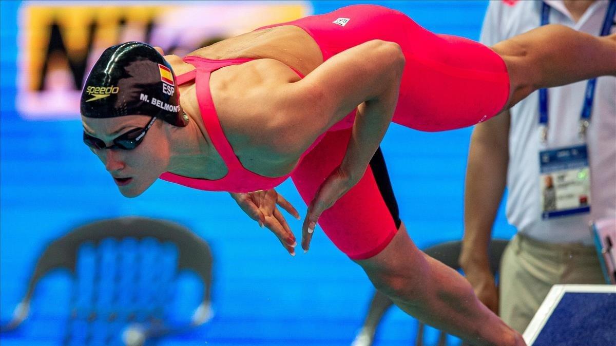 Mireia Belmonte se lanza al agua para disputar los 800 libre.