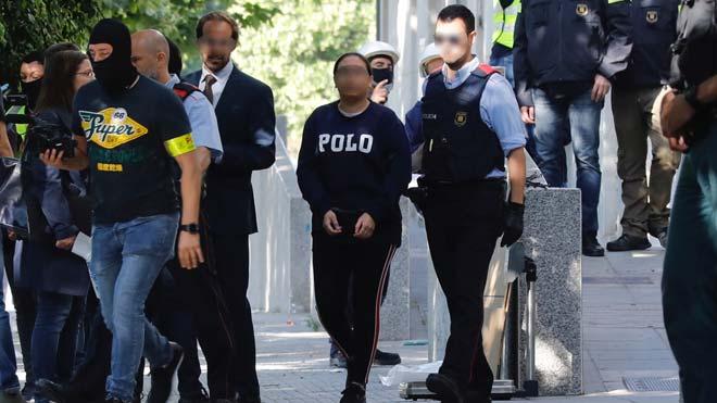 Mossos, Policía y Guardia Civil, en una operación contra el narcotráfico en El Prat. En la foto, una de las detenidas en la operación.
