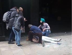 La mujer herida al caerle encima la ventana de un hotel en Barcelona.