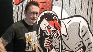 El músico y cineasta Fermin Muguruza, ante una viñeta ampliada del cómic Black is Beltza, cuya exposición presenta en el Arts Santa Mònica.