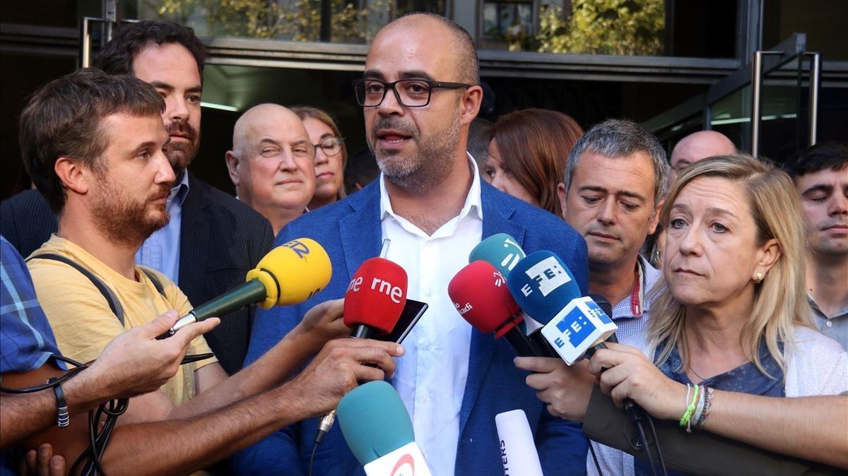 Miguel Buch, atendiendo a los medios de comunicación.