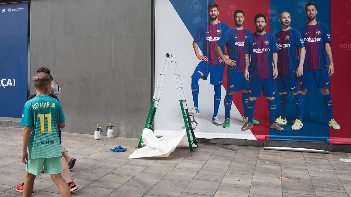 Neymar y su padre abandonan Barcelona rumbo a París. La nueva publicidad sin Neymar jr.