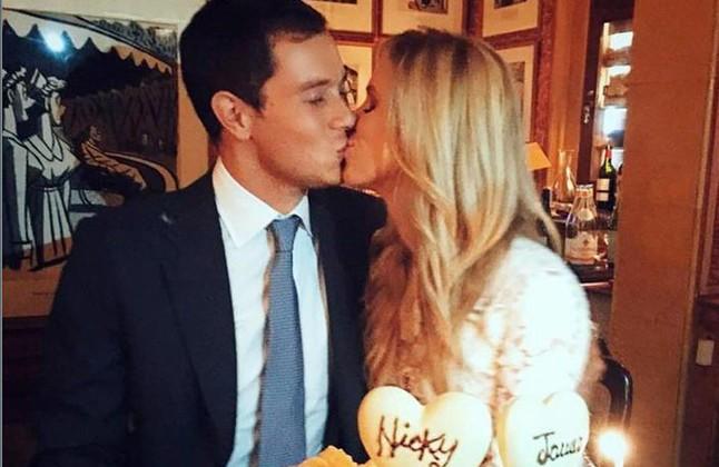 Nicky Hilton besa a su marido, el banquero James Rothschild, eldía de su boda, el pasado 10 de julio.
