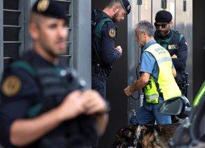 GRAF7481. SABADELL (BARCELONA), 23/09/2019.- Registro que los agentes de la Guardia Civil han llevado a cabo este lunes en la vivienda sita en la calle Antoni Cusido de Sabadell (Barcelona), perteneciente a una de las nueve personas detenidas este lunes en Cataluña, vinculadas a los Comités de Defensa de la República (CDR), a los que la Fiscalía acusa de ultimar acciones terroristas y que tenían en su poder material para fabricar explosivos caseros e información sobre edificios públicos. EFE/Enric Fontcuberta