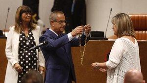 Núria Marín recibe el collar como presidenta de la Diputación de BCN de manos de Celestino Corbacho.