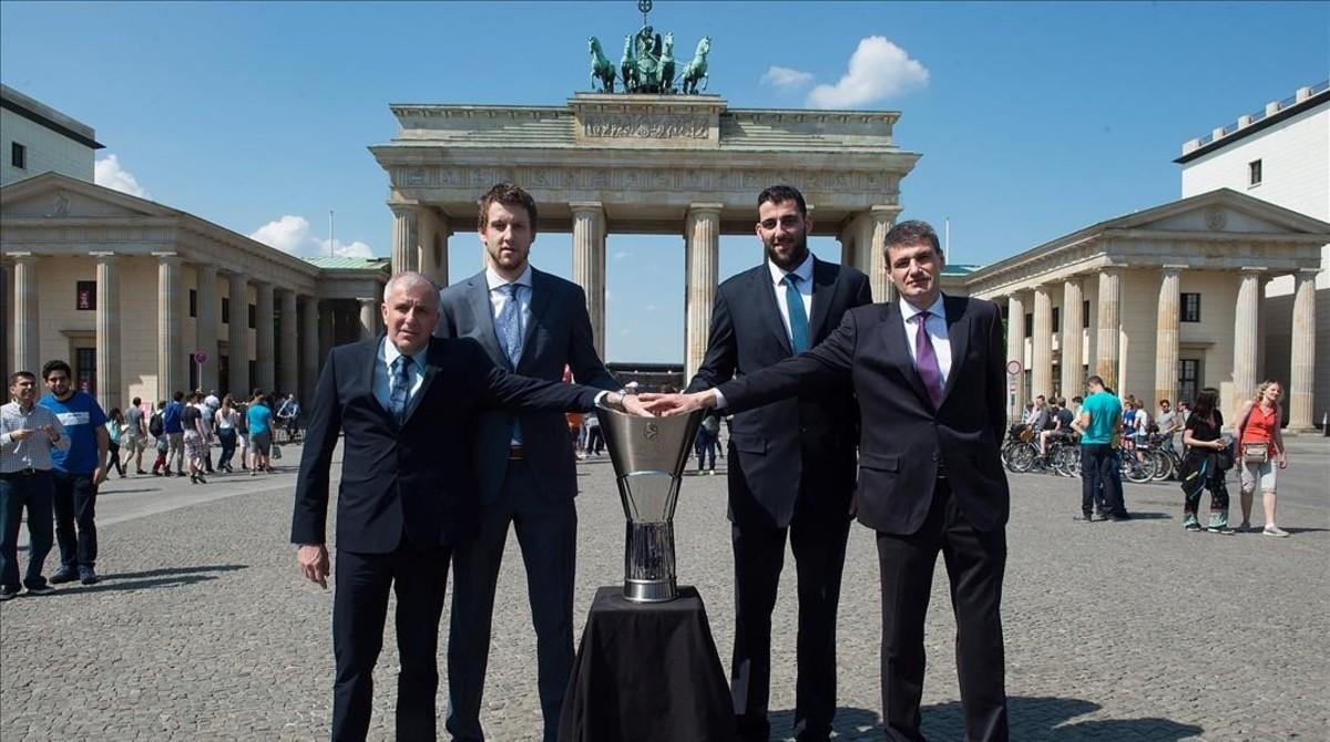 Obradovic y Vesely (Fenrbahçe) y Bourousis y Perasovic (Baskonia) posan en la puerta de Brandenburgo con el trofeo