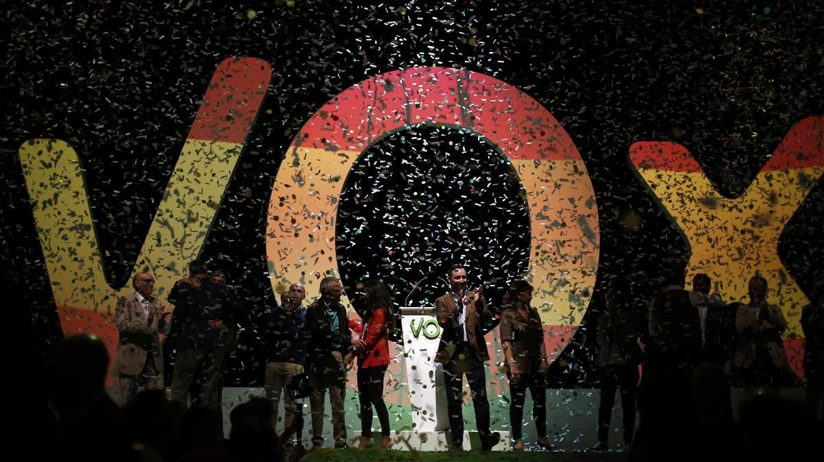 El presidente de Vox Santiago Abascal aplaude en un mitin celebrado en Madrid