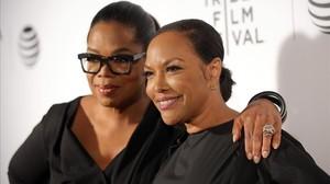 Oprah Winfrey y la actriz Lynn Whitfield, en la presentación de la serie 'Greenleaf'.