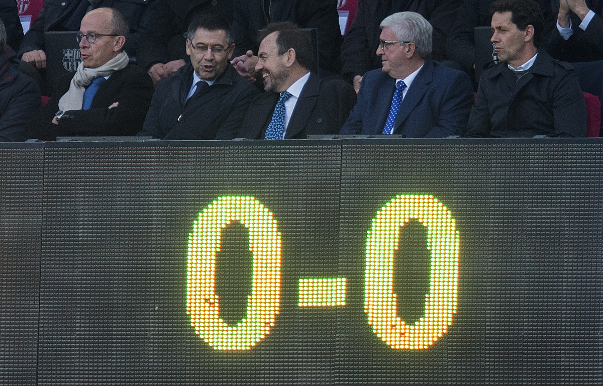 El 0-0 se refleja en el marcador por debajo del palco con el presidente Josep Maria Bartomeu.