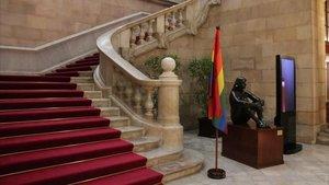 El Parlament conmemora este domingo el Día Internacional contra la Homofobia y ha colgado una bandera LGTBI en el balcón de la fachada del edificio