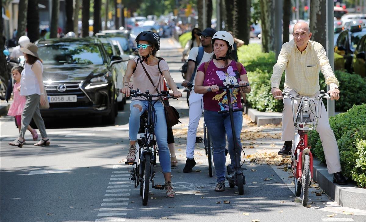 Carril bici de la Diagonal congestionado por la nueva movilidad.