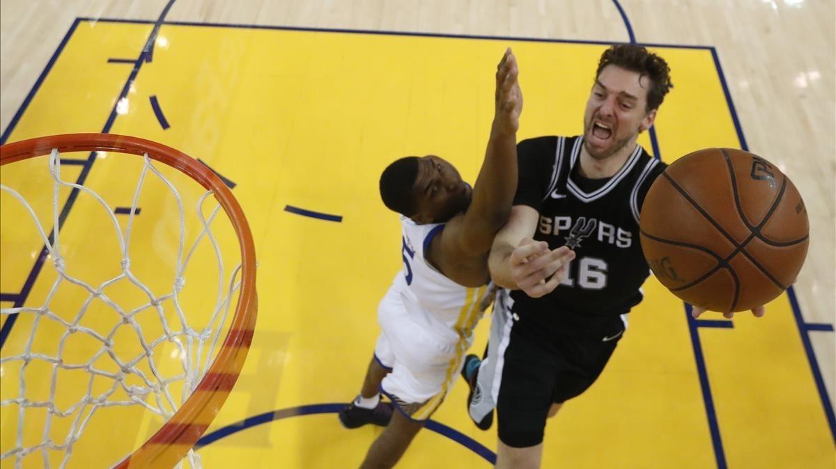 Pau Gasol, en una acción del partido de los Spurs ante los Warriors.