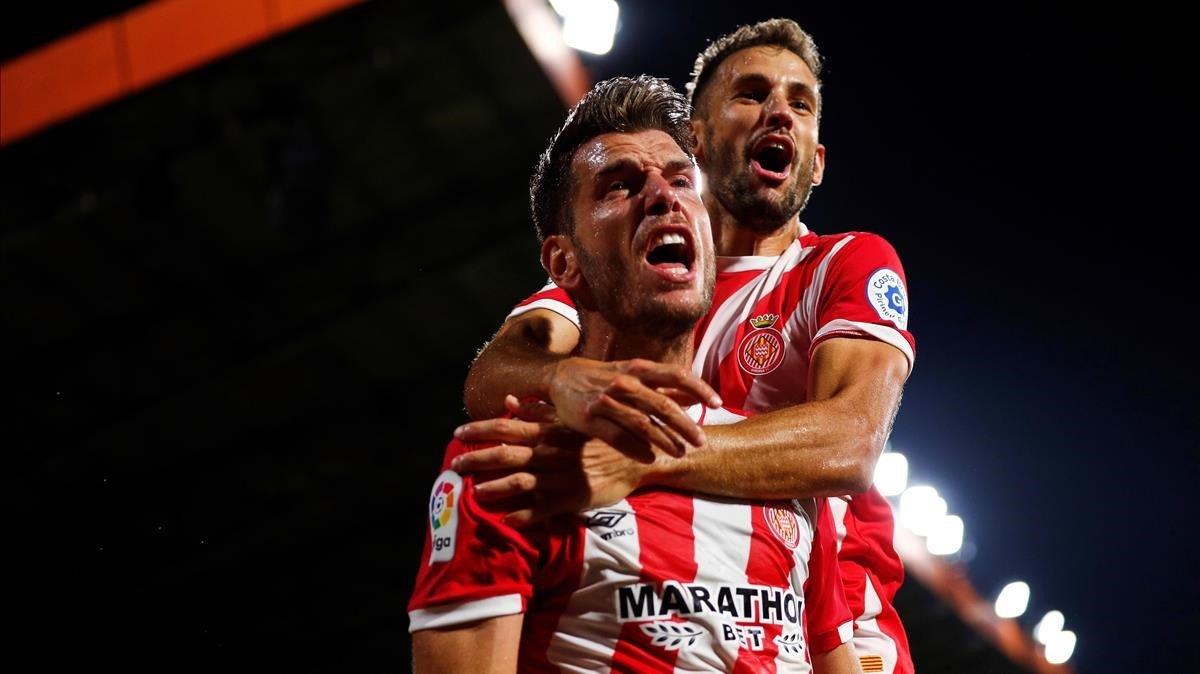 Pedro Alcalá y Stuani celebran un gol en Montilivi
