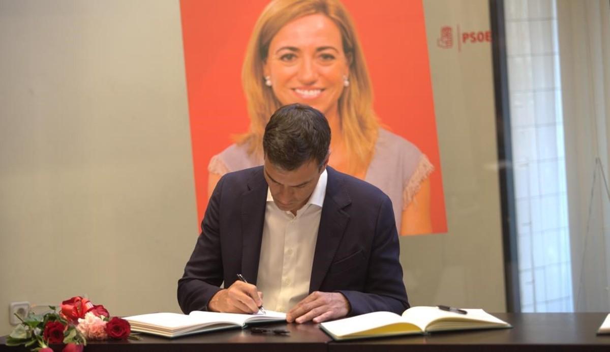 Pedro Sánchez, firma en el libro de condolencias.
