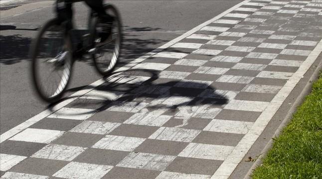 Un ciclista pasa por un carril bici.